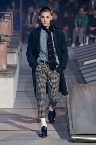Wie kombinieren: schwarzer Mantel, grauer Pullover mit einem Rundhalsausschnitt, weiße und schwarze Chinohose mit Karomuster, schwarze Leder Derby Schuhe