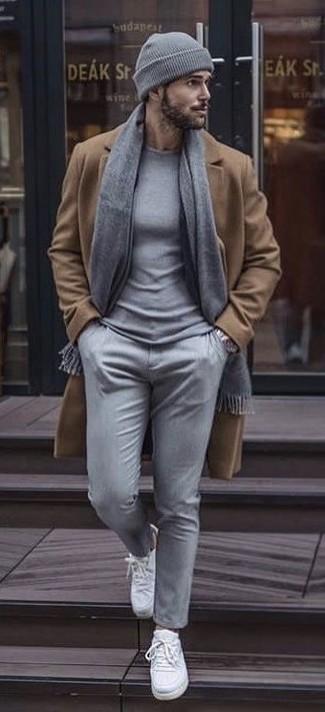 Wie kombinieren: camel Mantel, grauer Pullover mit einem Rundhalsausschnitt, graue Chinohose, weiße Segeltuch niedrige Sneakers