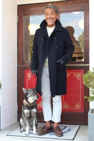 Wie kombinieren: dunkelblauer Mantel, hellbeige Pullover mit einem Rundhalsausschnitt, weiße Chinohose, dunkelbraune Chukka-Stiefel aus Leder