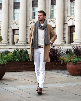 Wie kombinieren: camel Mantel, weißer Pullover mit einem Rundhalsausschnitt, weiße Chinohose, braune Chukka-Stiefel aus Leder