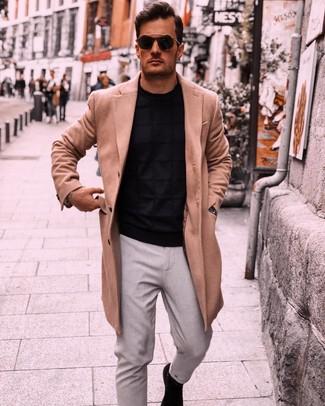 Wie kombinieren: camel Mantel, schwarzer Pullover mit einem Rundhalsausschnitt, graue Chinohose, schwarze Chelsea-Stiefel aus Wildleder