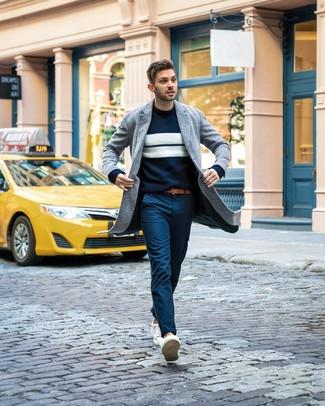 Wie kombinieren: grauer Mantel, dunkelblauer und weißer horizontal gestreifter Pullover mit einem Rundhalsausschnitt, dunkelblaue Chinohose, weiße niedrige Sneakers