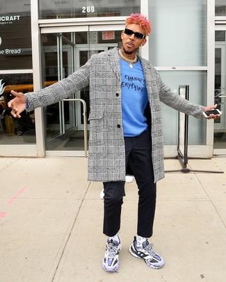 Wie kombinieren: weißer und schwarzer Mantel mit Hahnentritt-Muster, blauer bedruckter Pullover mit einem Rundhalsausschnitt, schwarze Chinohose, hellviolette Sportschuhe
