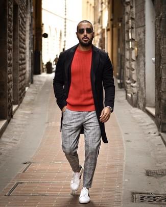 Wie kombinieren: schwarzer Mantel, roter Pullover mit einem Rundhalsausschnitt, graue Chinohose mit Schottenmuster, weiße Leder niedrige Sneakers