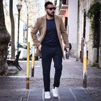 Wie kombinieren: camel Mantel, dunkelblauer Pullover mit einem Rundhalsausschnitt, dunkelblaue Chinohose, weiße Leder niedrige Sneakers