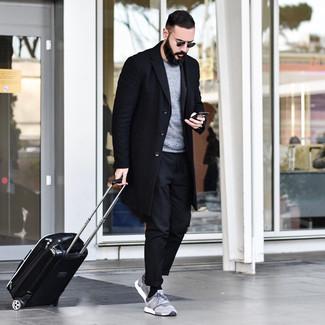 Wie kombinieren: schwarzer Mantel, grauer Pullover mit einem Rundhalsausschnitt, schwarze Chinohose, graue Sportschuhe