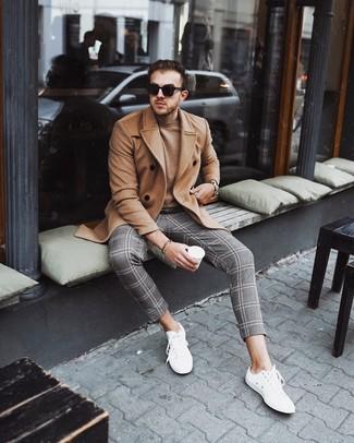 Wie kombinieren: camel Mantel, beige Pullover mit einem Rundhalsausschnitt, graue Chinohose mit Schottenmuster, weiße niedrige Sneakers