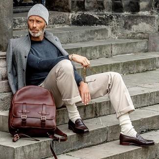 40 Jährige: Dunkelroten Leder Rucksack kombinieren – 1 Herren Outfits: Kombinieren Sie einen grauen Mantel mit einem dunkelroten Leder Rucksack für einen entspannten Wochenend-Look. Machen Sie Ihr Outfit mit dunkelbraunen Leder Slippern eleganter.