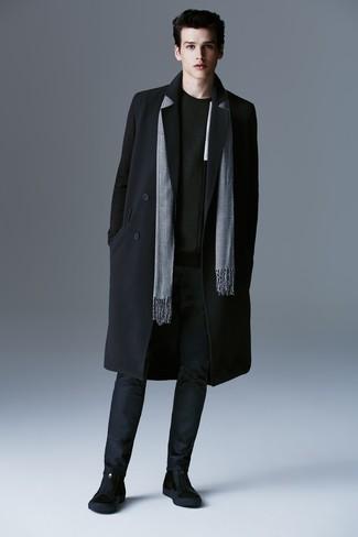 Wie kombinieren: schwarzer Mantel, schwarzer Pullover mit einem Rundhalsausschnitt, dunkelblaue Chinohose, schwarze Chelsea-Stiefel aus Wildleder