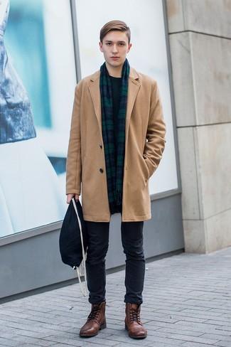 20 Jährige: Schwarze Chinohose kombinieren: trends 2020: Kombinieren Sie einen camel Mantel mit einer schwarzen Chinohose für Drinks nach der Arbeit. Eine braune Lederfreizeitstiefel fügen sich nahtlos in einer Vielzahl von Outfits ein.