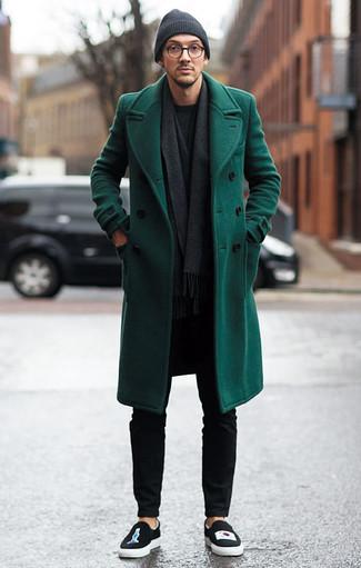 Dunkelgrauen Schal kombinieren: trends 2020: Entscheiden Sie sich für einen dunkelgrünen Mantel und einen dunkelgrauen Schal für einen entspannten Wochenend-Look. Vervollständigen Sie Ihr Outfit mit schwarzen bedruckten Slip-On Sneakers, um Ihr Modebewusstsein zu zeigen.