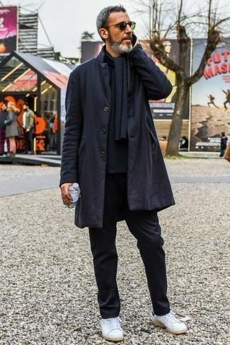 Schwarzen Schal kombinieren: trends 2020: Für ein bequemes Couch-Outfit, entscheiden Sie sich für einen schwarzen Mantel und einen schwarzen Schal. Vervollständigen Sie Ihr Look mit weißen Leder niedrigen Sneakers.