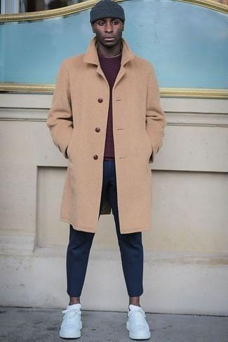 Herren Outfits & Modetrends 2020 für kühl Wetter: Tragen Sie einen camel Mantel und eine dunkelblaue Chinohose, um einen modischen Freizeitlook zu kreieren. Fühlen Sie sich ideenreich? Komplettieren Sie Ihr Outfit mit weißen Leder niedrigen Sneakers.