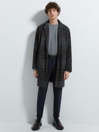Grauen Pullover mit einem Rundhalsausschnitt kombinieren für kühl Wetter: trends 2020: Kombinieren Sie einen grauen Pullover mit einem Rundhalsausschnitt mit einer dunkelblauen Chinohose, um einen lockeren, aber dennoch stylischen Look zu erhalten. Putzen Sie Ihr Outfit mit dunkellila Leder Derby Schuhen.