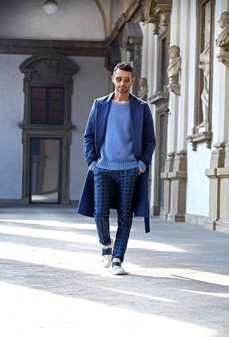 Dunkelblaue bedruckte Chinohose kombinieren: trends 2020: Erwägen Sie das Tragen von einem blauen Mantel und einer dunkelblauen bedruckten Chinohose, wenn Sie einen gepflegten und stylischen Look wollen. Fühlen Sie sich mutig? Ergänzen Sie Ihr Outfit mit weißen und dunkelblauen Leder niedrigen Sneakers.