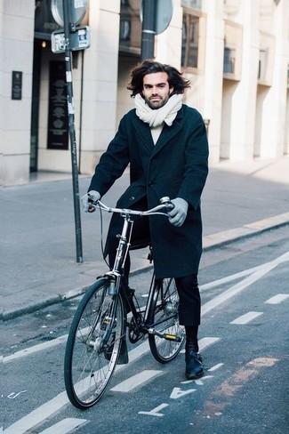 Dunkelblaue Lederfreizeitstiefel kombinieren – 12 Smart-Casual Herren Outfits: Erwägen Sie das Tragen von einem dunkelblauen Mantel und einer schwarzen Chinohose für einen für die Arbeit geeigneten Look. Eine dunkelblaue Lederfreizeitstiefel sind eine großartige Wahl, um dieses Outfit zu vervollständigen.