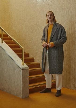 Grauen Mantel mit Fischgrätenmuster kombinieren – 80 Herren Outfits: Ein grauer Mantel mit Fischgrätenmuster und eine weiße Chinohose sind eine großartige Outfit-Formel für Ihre Sammlung. Wählen Sie die legere Option mit dunkelbraunen Segeltuch niedrigen Sneakers.