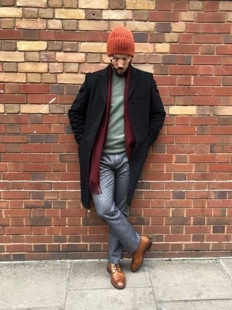 30 Jährige: Outfits Herren 2020: Paaren Sie einen schwarzen Mantel mit einer grauen Chinohose für Drinks nach der Arbeit. Vervollständigen Sie Ihr Look mit einer rotbraunen Lederfreizeitstiefeln.