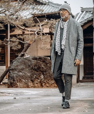 50 Jährige: Dunkelgraue Chinohose kombinieren – 33 Herren Outfits kalt Wetter: Vereinigen Sie einen grauen Mantel mit einer dunkelgrauen Chinohose, um einen modischen Freizeitlook zu kreieren. Fühlen Sie sich ideenreich? Komplettieren Sie Ihr Outfit mit schwarzen Leder Slippern mit Fransen.