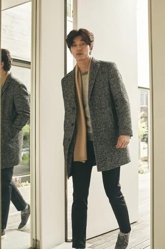Grauen Pullover mit einem Rundhalsausschnitt kombinieren – 500+ Herren Outfits: Paaren Sie einen grauen Pullover mit einem Rundhalsausschnitt mit einer schwarzen Chinohose für ein sonntägliches Mittagessen mit Freunden. Fühlen Sie sich ideenreich? Ergänzen Sie Ihr Outfit mit dunkelgrauen Segeltuch niedrigen Sneakers.