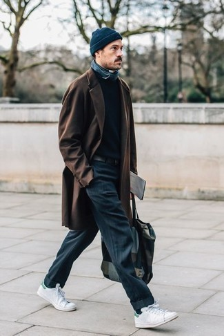 Weiße und grüne Leder niedrige Sneakers kombinieren – 25 Herbst Herren Outfits: Kombinieren Sie einen dunkelbraunen Mantel mit einer dunkelblauen vertikal gestreiften Chinohose, um einen modischen Freizeitlook zu kreieren. Warum kombinieren Sie Ihr Outfit für einen legereren Auftritt nicht mal mit weißen und grünen Leder niedrigen Sneakers? Schon haben wir ein super Look im Herbst.