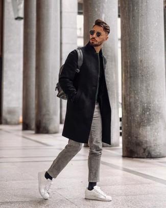 Weiße und rote Leder niedrige Sneakers kombinieren – 500+ Herren Outfits: Kombinieren Sie einen schwarzen Mantel mit einer grauen Wollchinohose für Drinks nach der Arbeit. Wenn Sie nicht durch und durch formal auftreten möchten, vervollständigen Sie Ihr Outfit mit weißen und roten Leder niedrigen Sneakers.
