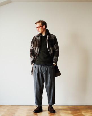 Herren Outfits 2021: Tragen Sie einen dunkelbraunen Mantel mit Schottenmuster und eine dunkelgraue Wollchinohose für einen für die Arbeit geeigneten Look. Komplettieren Sie Ihr Outfit mit dunkelbraunen Wildleder Brogues, um Ihr Modebewusstsein zu zeigen.