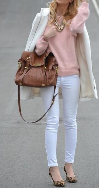 Wie kombinieren: weißer Mantel, rosa Pullover mit einem Rundhalsausschnitt, weiße enge Hose, beige Wildleder Pumps mit Leopardenmuster