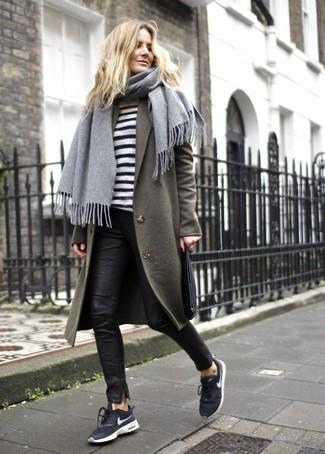 Wie kombinieren: olivgrüner Mantel, weißer und schwarzer horizontal gestreifter Pullover mit einem Rundhalsausschnitt, schwarze enge Hose aus Leder, schwarze und weiße Sportschuhe