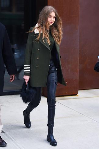 Wie kombinieren: dunkelgrüner Mantel, dunkelgrüner Pullover mit einem Rundhalsausschnitt, schwarze enge Hose aus Leder, schwarze Chelsea-Stiefel aus Leder