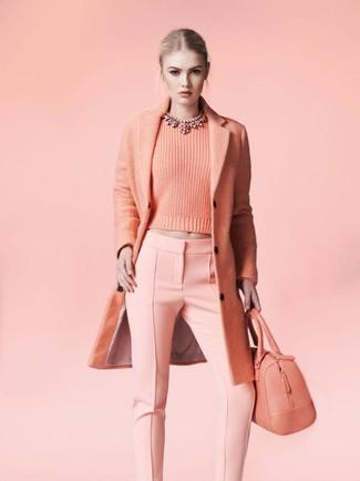 Wie kombinieren: rosa Mantel, rosa Pullover mit einem Rundhalsausschnitt, rosa enge Hose, rosa Shopper Tasche aus Leder