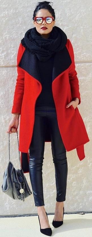 Wie kombinieren: roter Mantel, schwarzer Pullover mit einem Rundhalsausschnitt, schwarze enge Hose aus Leder, schwarze Wildleder Pumps
