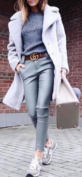 Grauen Pullover mit einem Rundhalsausschnitt kombinieren – 499 Damen Outfits: Wir finden mit dieser Paarung aus einem grauen Pullover mit einem Rundhalsausschnitt und einer grauen enger Hose aus Leder ist den ultimativen Alltags-Stil gefunden. Wenn Sie nicht durch und durch formal auftreten möchten, entscheiden Sie sich für grauen Wildleder niedrige Sneakers.