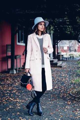 Wie kombinieren: hellbeige Mantel, weißer und schwarzer horizontal gestreifter Pullover mit einem Rundhalsausschnitt, schwarze enge Hose, schwarze Leder Stiefeletten