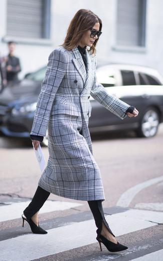 Schwarzen Schal kombinieren: trends 2020: Möchten Sie ein modisches, legeres Outfit kreieren, ist diese Kombi aus einem grauen Mantel mit Schottenmuster und einem schwarzen Schal Ihre Wahl. Schwarze und goldene Wildleder Pumps sind eine großartige Wahl, um dieses Outfit zu vervollständigen.