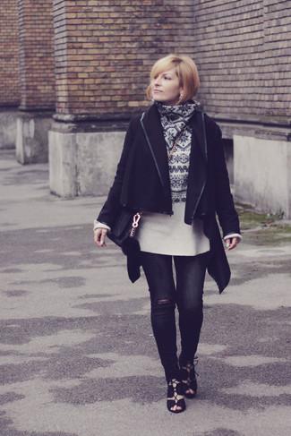 Wie kombinieren: schwarzer Mantel, weißer und schwarzer Pullover mit einem Rundhalsausschnitt mit Fair Isle-Muster, schwarze enge Jeans mit Destroyed-Effekten, schwarze Römersandalen aus Wildleder