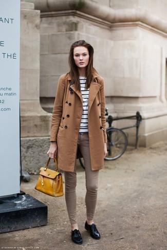 Wie kombinieren: rotbrauner Mantel, weißer und schwarzer horizontal gestreifter Pullover mit einem Rundhalsausschnitt, braune enge Jeans, schwarze Leder Oxford Schuhe