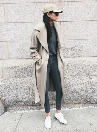 30 Jährige: Grauen Pullover mit einem Rundhalsausschnitt kombinieren – 153 Frühling Damen Outfits: Entscheiden Sie sich für einen grauen Pullover mit einem Rundhalsausschnitt und dunkelgrauen enge Jeans, umeinen stylischen Alltags-Look zu erzielen, der im Kleiderschrank der Frau nicht fehlen darf. Fühlen Sie sich ideenreich? Vervollständigen Sie Ihr Outfit mit weißen niedrigen Sneakers. Ein insgesamt sehr cooler Frühlings-Look.