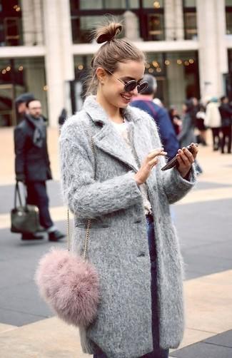 Wie kombinieren: grauer Mantel, weißer Pullover mit einem Rundhalsausschnitt, blaue enge Jeans, rosa Pelz Umhängetasche