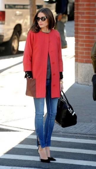 Olivia Palermo trägt roter Mantel, dunkelgrauer Pullover mit einem Rundhalsausschnitt, blaue enge Jeans, schwarze Wildleder Pumps