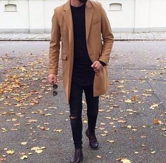 Wie kombinieren: brauner Mantel, schwarzer Pullover mit einem Rundhalsausschnitt, schwarze enge Jeans mit Destroyed-Effekten, dunkelrote Chelsea-Stiefel aus Leder