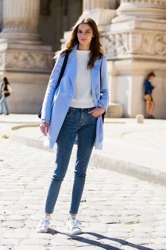 Wie kombinieren: hellblauer Mantel, weißer Pullover mit einem Rundhalsausschnitt, blaue enge Jeans, weiße Segeltuch niedrige Sneakers