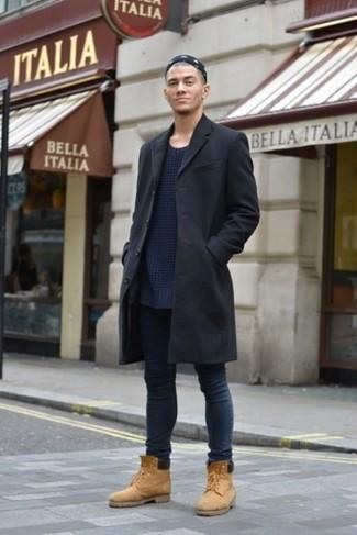 Wie kombinieren: schwarzer Mantel, dunkelblauer Strick Pullover mit einem Rundhalsausschnitt, dunkelblaue enge Jeans, beige Wildlederarbeitsstiefel
