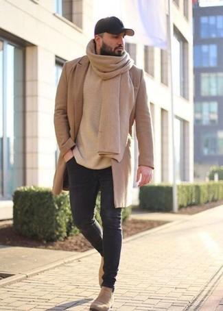 Wie kombinieren: camel Mantel, hellbeige Pullover mit einem Rundhalsausschnitt, schwarze enge Jeans, hellbeige Chelsea-Stiefel aus Wildleder