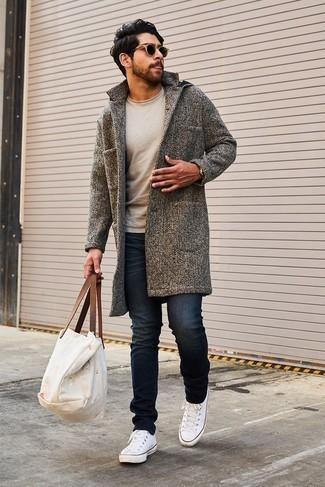 Wie kombinieren: grauer Mantel, hellbeige Pullover mit einem Rundhalsausschnitt, schwarze enge Jeans, weiße Segeltuch niedrige Sneakers