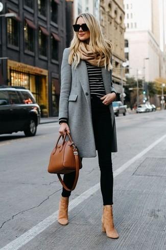 Wie kombinieren: grauer Mantel, schwarzer und weißer horizontal gestreifter Pullover mit einem Rundhalsausschnitt, schwarze enge Jeans, beige Wildleder Stiefeletten