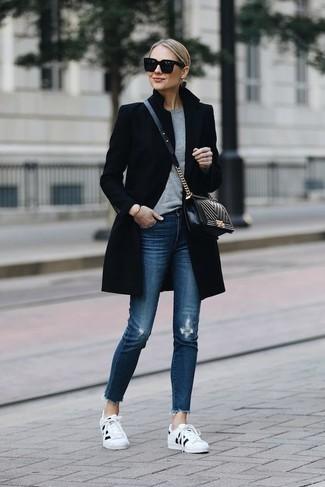 Wie kombinieren: schwarzer Mantel, grauer Pullover mit einem Rundhalsausschnitt, blaue enge Jeans mit Destroyed-Effekten, weiße und schwarze niedrige Sneakers