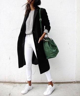 Wie kombinieren: schwarzer Mantel, grauer Pullover mit einem Rundhalsausschnitt, weiße enge Jeans, weiße niedrige Sneakers