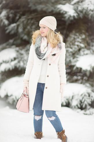 Wie kombinieren: weißer Mantel, hellbeige Pullover mit einem Rundhalsausschnitt, blaue enge Jeans mit Destroyed-Effekten, braune Wildlederwinterschuhe