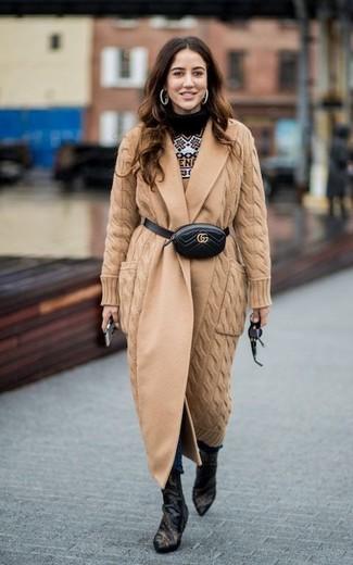 Wie kombinieren: beige Strick Mantel, beige Pullover mit einem Rundhalsausschnitt mit Norwegermuster, dunkelblaue enge Jeans, schwarze Leder Stiefeletten